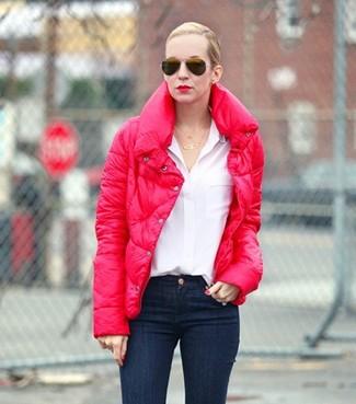 Comment porter: doudoune rouge, chemisier boutonné blanc, jean skinny bleu marine, lunettes de soleil noires