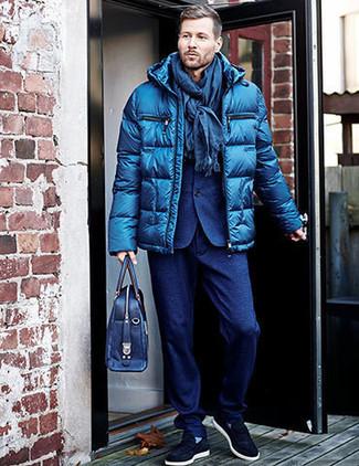 Comment porter: doudoune bleue, costume en laine bleu, baskets à enfiler en daim bleu marine, serviette en cuir bleu marine