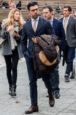Comment porter une doudoune noire: Pense à opter pour une doudoune noire et un costume à carreaux bleu marine pour un look pointu et élégant. Une paire de des chaussures derby en cuir marron s'intégrera de manière fluide à une grande variété de tenues.