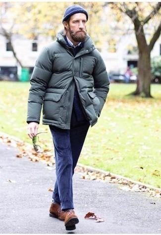 Comment s'habiller quand il fait froid: Associe une doudoune vert foncé avec un costume en velours côtelé bleu marine pour un look classique et élégant. Jouez la carte décontractée pour les chaussures et fais d'une paire de bottines chukka en daim marron ton choix de souliers.