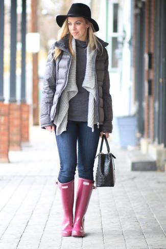 Comment porter: doudoune grise, gilet gris, pull à col roulé gris, jean skinny bleu marine