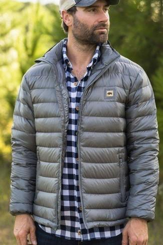 Comment porter: doudoune grise, chemise à manches longues en vichy blanc et bleu marine, jean bleu marine, casquette de base-ball beige