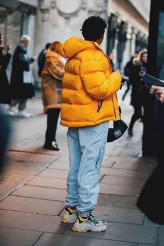 Comment porter: doudoune jaune, pantalon de jogging bleu clair, chaussures de sport multicolores