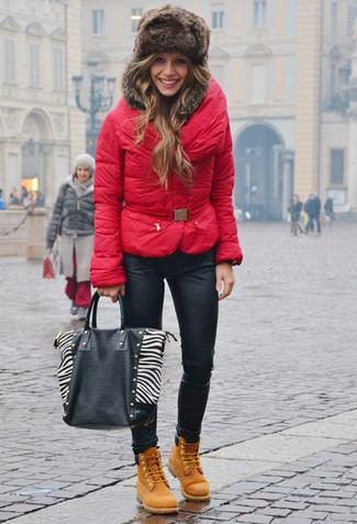 Comment porter: doudoune rouge, jean skinny en cuir noir, bottines plates à lacets en nubuck marron clair, sac fourre-tout en cuir noir et blanc
