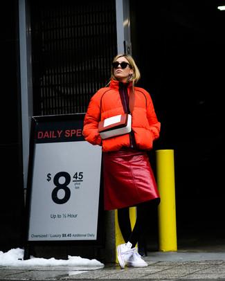 Comment porter: doudoune orange, jupe crayon en cuir rouge, baskets montantes en toile blanches, sac bandoulière en cuir rouge