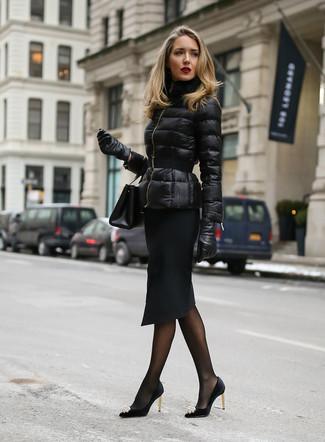 Comment porter: doudoune noire, jupe crayon noire, escarpins en satin ornés noirs, pochette en cuir noire