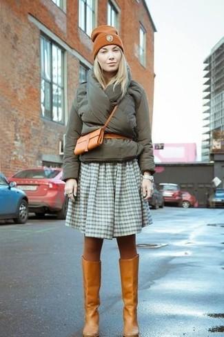 Comment porter: doudoune olive, jupe patineuse en vichy olive, bottes hauteur genou en cuir tabac, sac bandoulière en cuir tabac