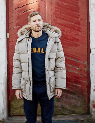 Comment porter: doudoune longue beige, sweat-shirt imprimé bleu marine, jean bleu marine