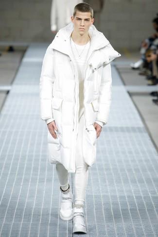 Comment porter: doudoune longue blanche, pull à col rond blanc, pantalon de jogging blanc, baskets montantes en cuir blanches