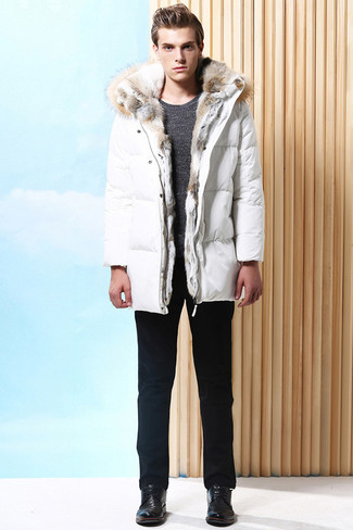 Comment porter: doudoune longue blanche, pull à col rond gris foncé, pantalon chino noir, chaussures derby en cuir noires