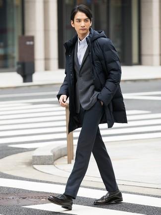Comment porter: doudoune longue noire, blazer en tricot gris, chemise à manches longues à rayures verticales blanche, pantalon de costume gris foncé