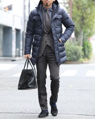 Comment porter: doudoune longue noire, blazer écossais marron foncé, chemise de ville bleu marine, pantalon de costume marron foncé