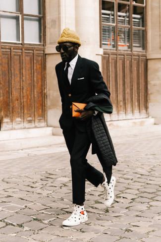 Comment porter un pantalon chino noir: Pour une tenue de tous les jours pleine de caractère et de personnalité harmonise une doudoune longue noire avec un pantalon chino noir. Si tu veux éviter un look trop formel, fais d'une paire de des baskets montantes en toile imprimées blanches et noires ton choix de souliers.