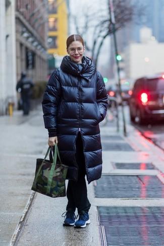 Comment porter: doudoune longue bleu marine, jean noir, chaussures de sport bleu marine, sac fourre-tout en toile camouflage vert foncé