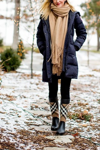 Comment porter: doudoune longue bleu marine, leggings noirs, bottes de pluie écossaises noires, écharpe marron clair