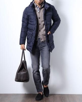 Comment porter: doudoune longue bleu marine, cardigan marron, chemise de ville en vichy blanc et bleu marine, jean gris foncé