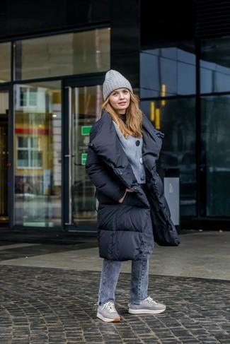 Comment porter: doudoune longue noire, cardigan en tricot gris, pull à col roulé noir, jean gris