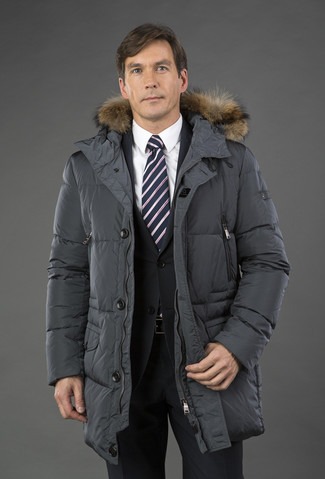 Comment porter: doudoune longue gris foncé, costume noir, chemise de ville blanche, cravate à rayures verticales noire et blanche