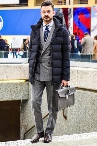 Comment porter une doudoune longue noire: Pense à marier une doudoune longue noire avec un costume en laine gris pour un look pointu et élégant. Cet ensemble est parfait avec une paire de slippers en cuir marron foncé.