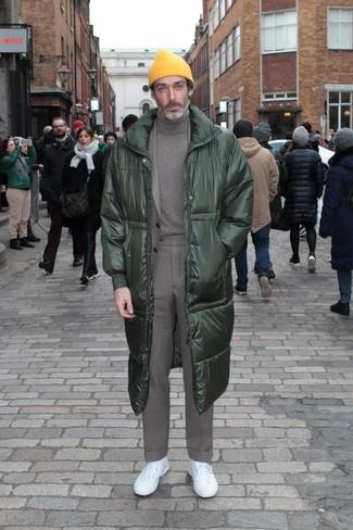 Comment porter: doudoune longue vert foncé, costume gris, pull à col roulé gris, baskets basses blanches