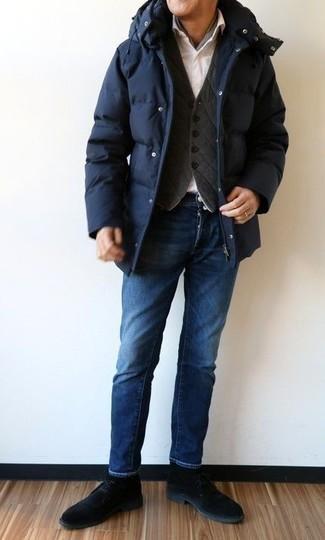 Comment s'habiller après 40 ans: Pour créer une tenue idéale pour un déjeuner entre amis le week-end, marie une doudoune longue bleu marine avec un jean bleu marine. Cette tenue se complète parfaitement avec une paire de bottines chukka en daim noires.
