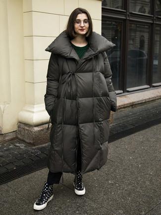 Comment porter: doudoune longue gris foncé, pull torsadé vert foncé, jean noir, baskets montantes á pois noires