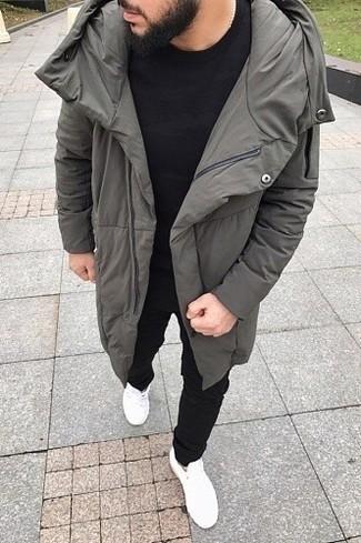 Comment porter: doudoune longue grise, t-shirt à col rond noir, pantalon de jogging noir, baskets basses blanches