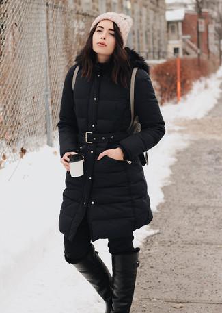 Comment porter: doudoune longue noire, jean skinny noir, bottes hauteur genou en cuir noires, sac à dos en cuir marron