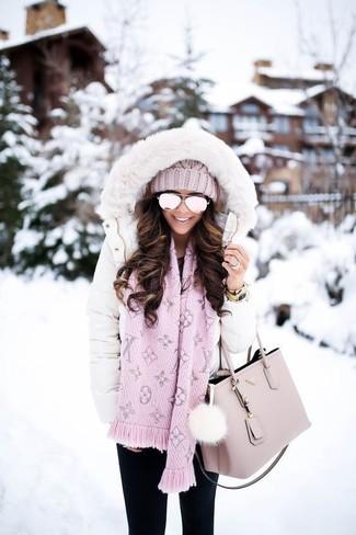 Comment porter: doudoune longue blanche, jean skinny noir, sac fourre-tout en cuir rose, bonnet en tricot rose