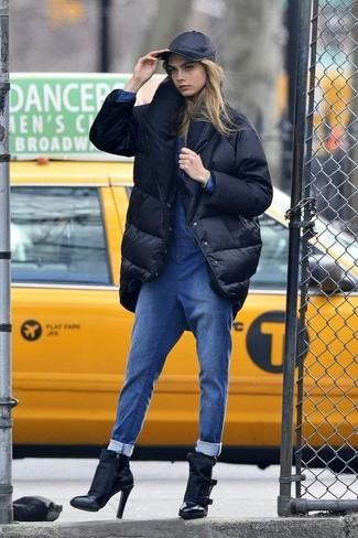 Comment porter une casquette: Associe une doudoune longue noire avec une casquette pour une impression décontractée. Complète ce look avec une paire de des bottines en cuir noires.