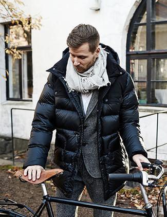 Comment porter: doudoune longue noire, costume en laine gris foncé, chemise de ville blanche, écharpe grise