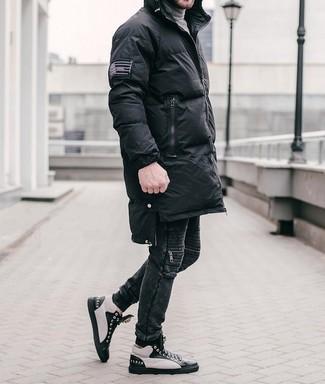 Comment porter: doudoune longue noire, pull à col roulé gris, jean noir, baskets montantes en cuir noires et blanches