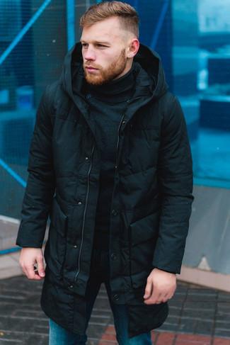 Comment porter: doudoune longue noire, pull à col roulé noir, jean bleu
