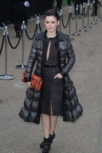 Doudoune longue noire robe fourreau pourpre foncee bottines noires large 22951