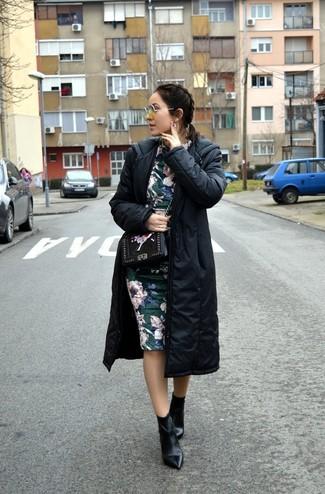 Comment porter: doudoune longue noire, robe fourreau à fleurs vert foncé, bottines en cuir noires, sac bandoulière en cuir à fleurs noir