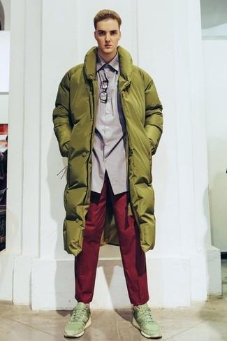 Comment porter: doudoune longue olive, chemise à manches longues grise, pantalon chino rouge, chaussures de sport olive