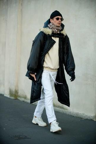 Comment s'habiller au printemps: Pense à opter pour une doudoune longue noire et un pantalon chino blanc pour un look de tous les jours facile à porter. Jouez la carte décontractée pour les chaussures et complète cet ensemble avec une paire de chaussures de sport blanches. Cette tenue est un très bon exemple du look toute printanier.