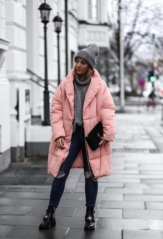 Comment porter: doudoune longue rose, pull à col boule gris, jean skinny déchiré bleu marine, bottines en cuir découpées noires