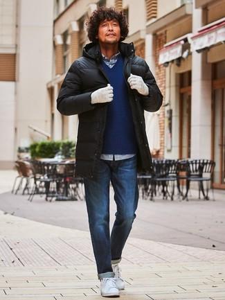 Comment porter: doudoune longue noire, pull à col en v bleu marine, chemise à manches longues en vichy blanc et bleu marine, jean bleu marine