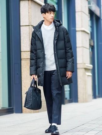 Comment porter une doudoune longue noire: Harmonise une doudoune longue noire avec un pantalon chino noir pour une tenue idéale le week-end. Complète cet ensemble avec une paire de chaussures derby en cuir noires pour afficher ton expertise vestimentaire.