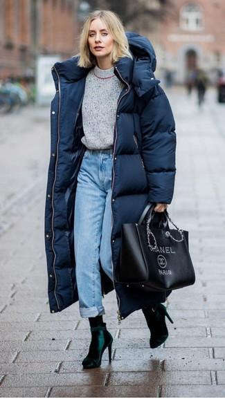 Comment porter: doudoune longue bleu marine, pull à col rond gris, jean bleu clair, bottines en velours vert foncé
