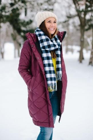 Comment porter: doudoune longue bordeaux, pull à col rond jaune, jean bleu, bonnet en tricot blanc