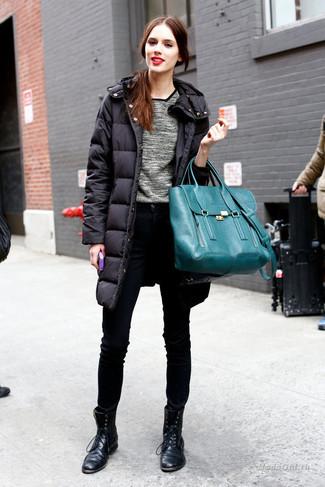 Comment porter: doudoune longue noire, pull à col rond gris, jean skinny noir, bottines plates à lacets en cuir noires