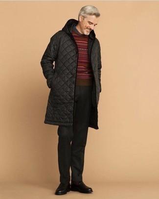 Comment porter un pantalon de costume en laine noir: Porte une doudoune longue noire et un pantalon de costume en laine noir pour un look pointu et élégant. Cette tenue se complète parfaitement avec une paire de slippers en cuir noirs.