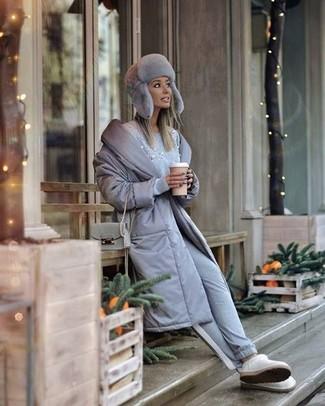 Comment porter un pantalon de jogging gris: Marie une doudoune longue grise avec un pantalon de jogging gris pour une tenue idéale le week-end. Jouez la carte décontractée pour les chaussures et fais d'une paire de des bottes ugg blanches ton choix de souliers.