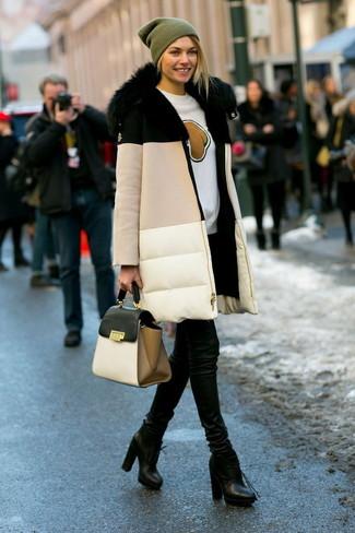 Pense à marier une doudoune longue beige avec un pantalon slim en cuir noir pour achever un style chic et glamour. Une paire de des bottines à lacets en cuir noires est une option avisé pour complèter cette tenue.