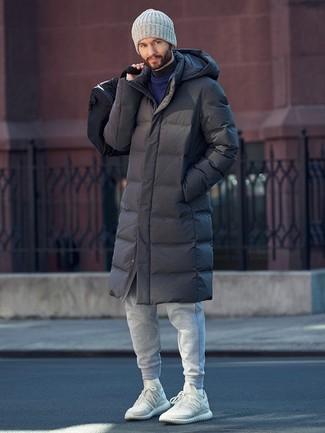 Comment porter: doudoune longue gris foncé, pull à col rond bleu marine, pull à col roulé gris foncé, pantalon de jogging gris