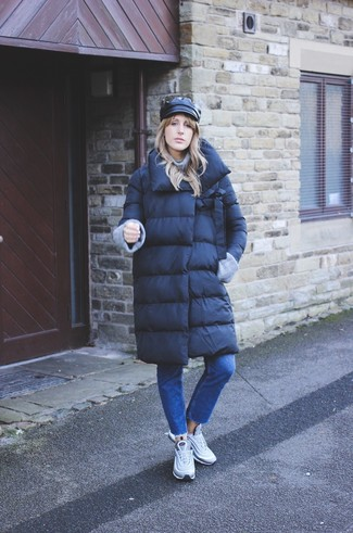 Comment porter: doudoune longue noire, pull à col roulé en tricot gris, jean bleu, chaussures de sport grises
