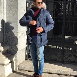 Comment porter des bottines chukka en daim marron: Harmonise une doudoune longue bleu marine avec un jean bleu clair pour un déjeuner le dimanche entre amis. Cet ensemble est parfait avec une paire de bottines chukka en daim marron.