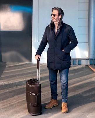 Comment porter une doudoune longue noire: Pense à associer une doudoune longue noire avec un jean bleu marine pour une tenue idéale le week-end. Une paire de bottes de loisirs en daim marron clair ajoutera de l'élégance à un look simple.